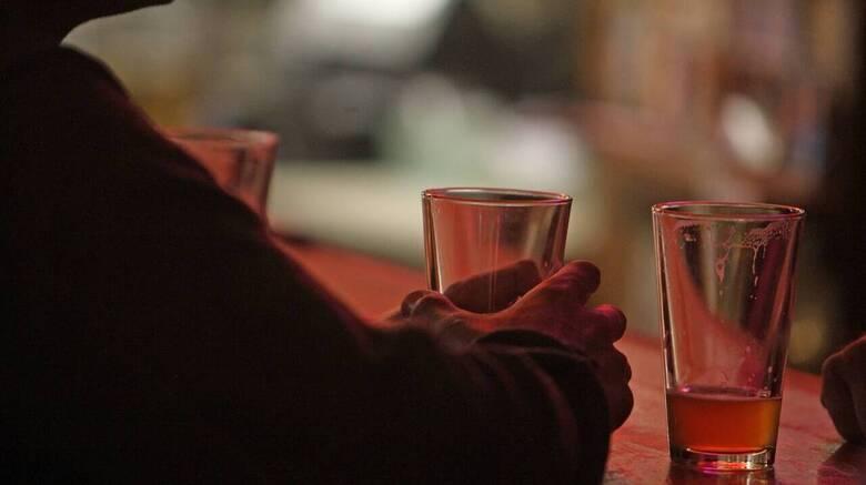 Σε ελεύθερη πτώση τα έσοδα από τους φόρους στα αλκοολούχα ποτά
