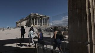 Μενδώνη: Πινακίδα με τα ονόματα Γλέζου και Σάντα στην βόρεια κλιτύ της Ακρόπολης