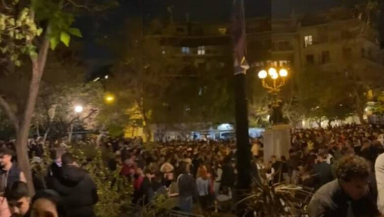 Απίστευτο κορωνοπάρτι στην Κυψέλη: Εκατοντάδες άτομα χωρίς μάσκα αλλά με... dj