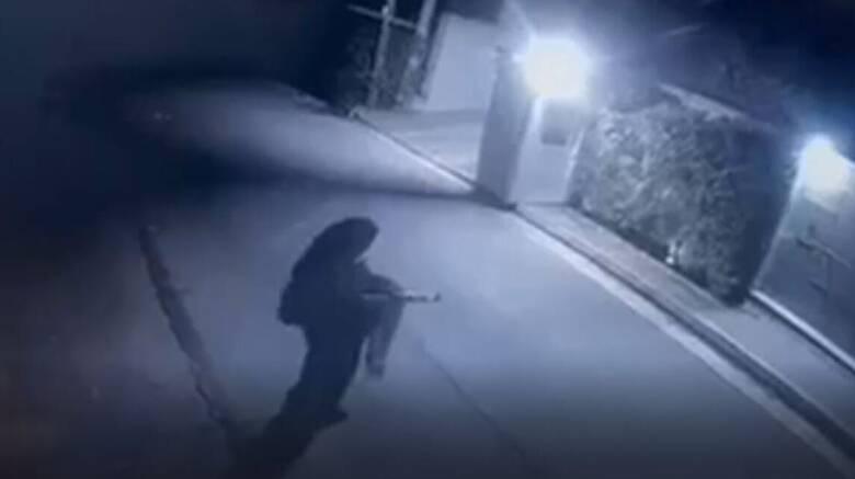 Μένιος Φουρθιώτης: Βίντεο δείχνει άτομο να πυροβολεί έξω από το σπίτι του