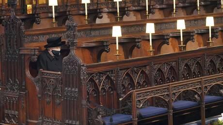 «Μόνη στο πένθος της»: Η εικόνα της ολομόναχης Βασίλισσας συγκλόνισε τους Βρετανούς