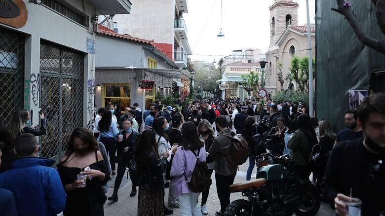 Κορωνοϊός: Οι γεμάτες πλατείες θέτουν εν αμφιβόλω τα μέτρα – Απομακρύνεται το «Πάσχα στο χωριό»