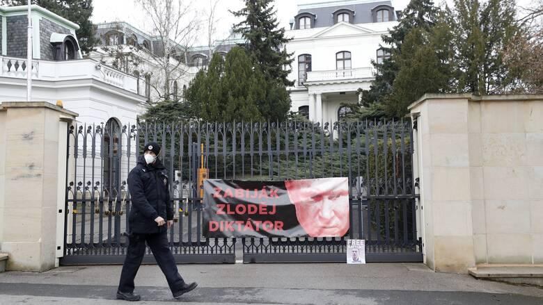 Η Βρετανία στηρίζει Τσεχία εν μέσω διαμάχης με τη Ρωσία