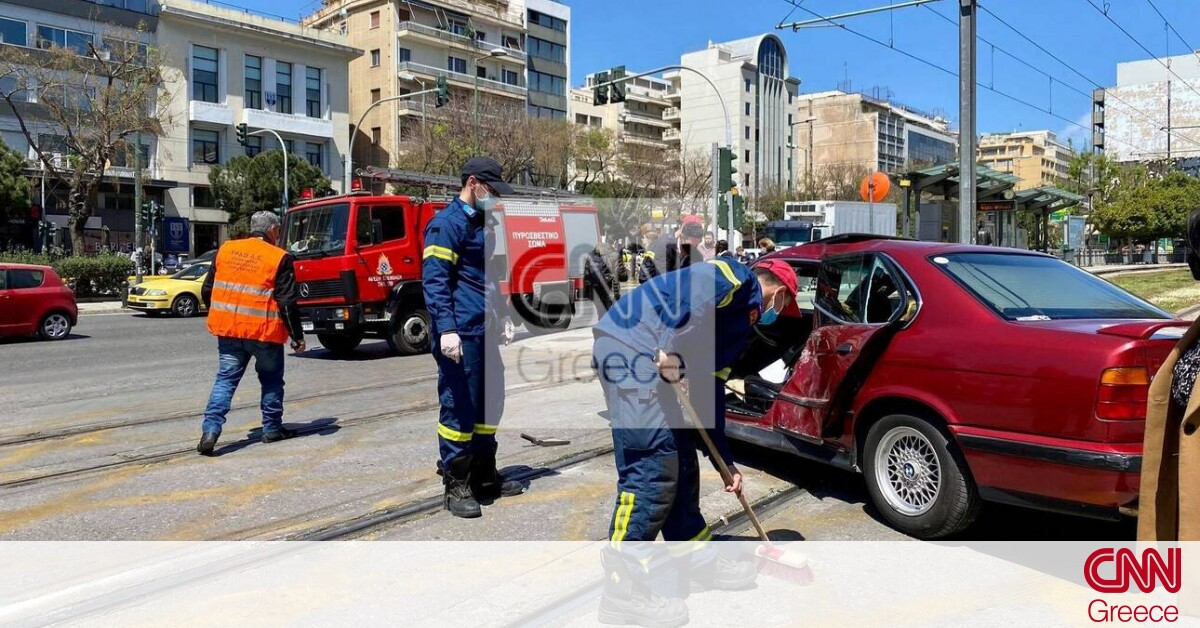 Neos Kosmos: Tram collision with a car – Operation to free the driver