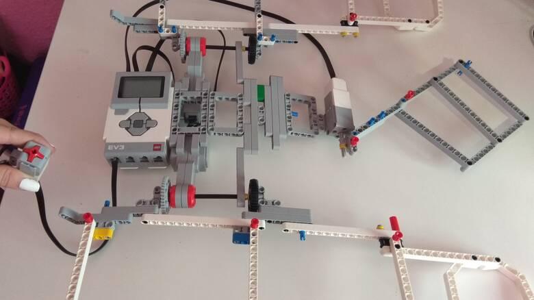 Θεσσαλονίκη: Μαθήτριες από τη Νάουσα έφτιαξαν ρομπότ που διπλώνει τα ρούχα