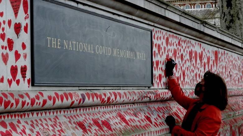 «National COVID Memorial Wall»: Μνημείο στο Λονδίνο για όσους έχασαν τη ζωή τους στην πανδημία