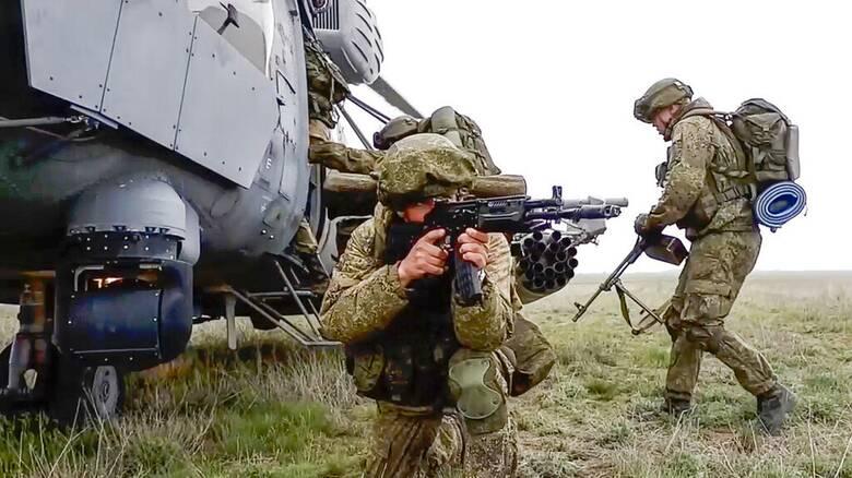 Η Ρωσία αποσύρει στρατεύματα μετά τη «γιγαντιαία» ανάπτυξη στα σύνορα με την Ουκρανία