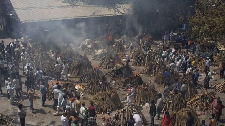Κορωνοϊός: Σπάει κάθε μαύρο ρεκόρ η Ινδία - Διεθνής βοήθεια για τις ελλείψεις οξυγόνου