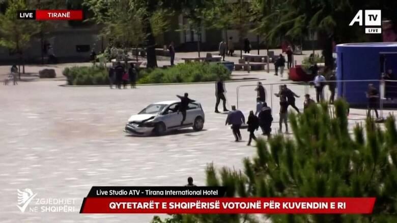 Αλβανία: Οδηγός έσπειρε τον τρόμο σε πλατεία - Τον ακινητοποίησε πεζός... με σάλτο
