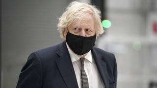 Σάλος στη Βρετανία: Αρνείται ο Τζόνσον το επίμαχο σχόλιο για τα «πτώματα σε σωρούς»