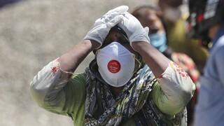 Ινδία: Καθ' οδόν το ρωσικό εμβόλιο Sputnik V ενώ η χώρα βυθίζεται όλο και πιο βαθιά στην πανδημία