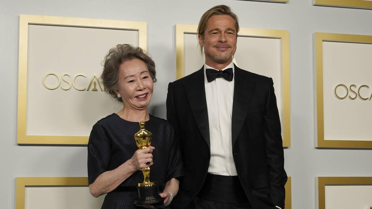 Όσκαρ 2021: Η 73χρονη που πήρε το βραβείο Β' ρόλου «φλερτάρει» επί σκηνής με τον Μπραντ Πιτ