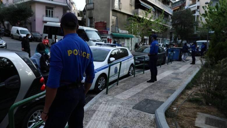 Αστυνομική επιχείρηση στην πλατεία Υμηττού για συναθροίσεις