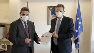 Ο Θόδωρος Σκυλακάκης κατέθεσε το Εθνικό Σχέδιο Ανάκαμψης στο γραφείο της Κομισιόν στην Αθήνα