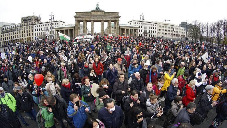 Der Spiegel: Οι γερμανικές μυστικές υπηρεσίες παρακολουθούν τους αρνητές του κορωνοϊού