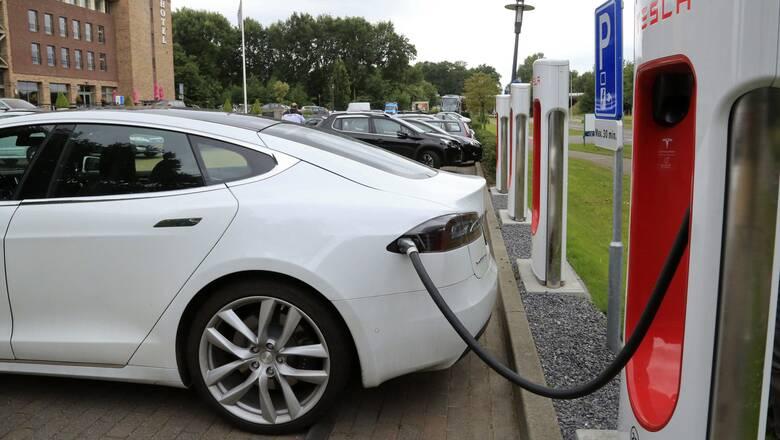 Σκρέκας: Ηλεκτρικό ή υβριδικό ένα στα 10 καινούργια αυτοκίνητα το 2021