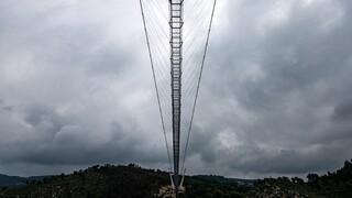 Πορτογαλία: Κόβει την ανάσα η μεγαλύτερη κρεμαστή πεζογέφυρα στον κόσμο