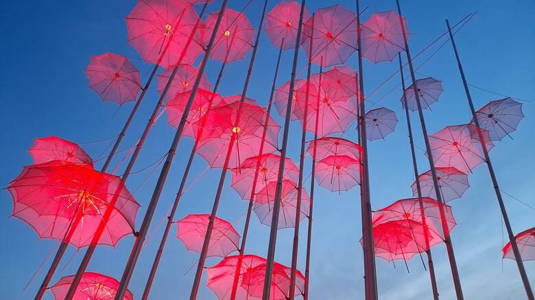 Θεσσαλονίκη: Στο κόκκινο χρώμα της Μ.Πέμπτης οι «Ομπρέλες» του Ζογγολόπουλου