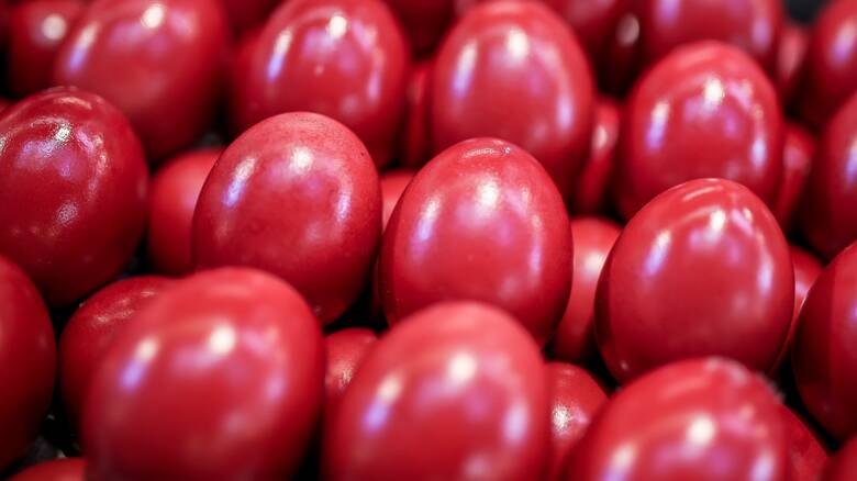 Πάσχα: Γιατί τσουγκρίζουμε κόκκινα αυγά; Λαογραφία και παράδοση