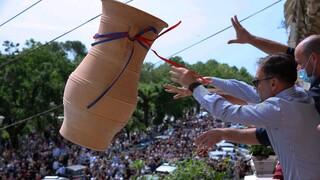 Κέρκυρα: Χιλιάδες μπότηδες έπεσαν και φέτος από τα μπαλκόνια – «Εξαγνίστηκε» το νησί