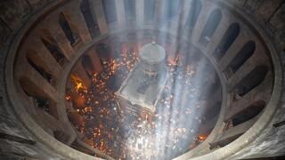 Άναψε το Άγιο Φως στον Πανάγιο Τάφο – Πλήθος πιστών χωρίς μάσκες στην τελετή