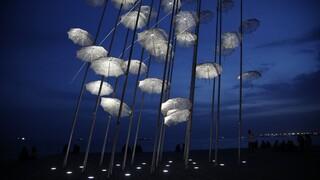 Θεσσαλονίκη: Σε λευκό αναστάσιμο χρώμα οι «Ομπρέλες» του Ζογγολόπουλου