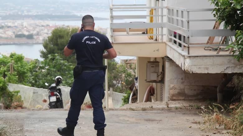 Μαχαίρωσε τον αστυνομικό που τον καταδίωκε επειδή κατέβασε την ελληνική σημαία