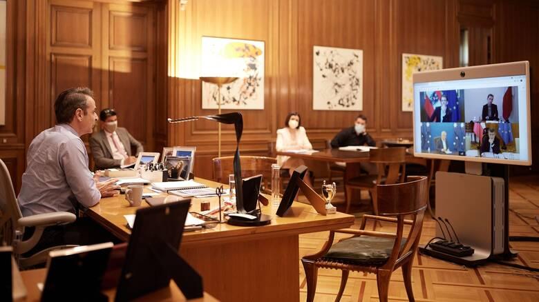 Τηλεδιάσκεψη Μητσοτάκη με ηγέτες για την Covid: Αισιοδοξία για το καλοκαίρι