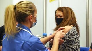 Κορωνονοϊός - Βρετανία: Δρομολογεί την τρίτη δόση εμβολίων με το «βλέμμα» στις μεταλλάξεις