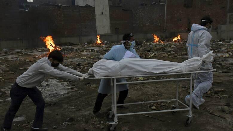 Ινδία: Δραματική η κατάσταση - Αυτοσχέδιες πυρές σε πάρκα για την καύση των νεκρών από κορωνοϊό