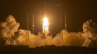 «Καρδιοχτύπι» για τις διαστημικές υπηρεσίες: Συντρίμμια κινεζικού πυραύλου πέφτουν στη Γη