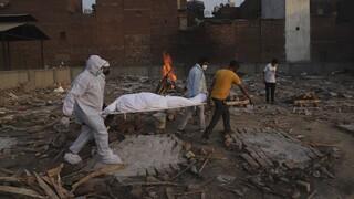 Νέο τραγικό ρεκόρ θανάτων στην Ινδία: Πάνω από 4.200 νεκροί - «Θερίζει» η μετάλλαξη