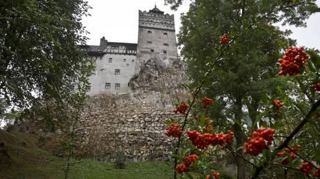 «Ένα διαφορετικό τσίμπημα»: Το κάστρο του Κόμη Δράκουλα στη Ρουμανία έγινε κέντρο εμβολιασμού