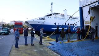 Αυξημένη η κίνηση στο λιμάνι του Πειραιά - Φεύγουν οι πρώτοι ταξιδιώτες προς τα νησιά