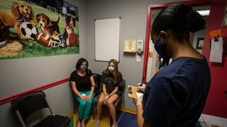 Επιστροφή στις βόλτες για τους έφηβους στις ΗΠΑ: Ξεκίνησε ο εμβολιασμός για παιδιά 12 έως 15 ετών