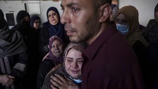 Σφυροκοπείται από ξηράς και αέρος η Γάζα: Βαρύς ο φόρος αίματος των αμάχων