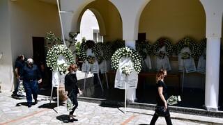 Σε κλίμα οδύνης η κηδεία της 20χρονης Καρολάιν - Με το μωρό στην αγκαλιά ο τραγικός πατέρας