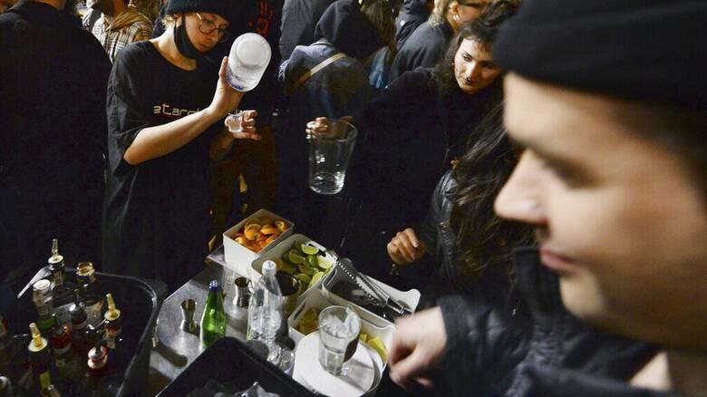Κορωνοϊός - Πολωνία: Με σαμπάνιες γιόρτασαν την επαναλειτουργία των μπαρ