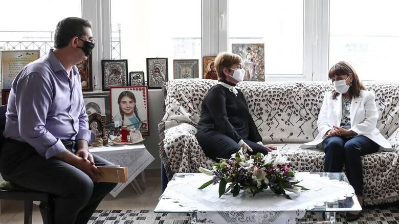 Τους γονείς της Ελένης Τοπαλούδη επισκέφτηκε η Σακελλαροπούλου - Η ανάρτηση στο Twitter