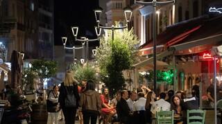 Θεσσαλονίκη: Μόλις έφυγαν οι αστυνομικοί, ξανάρχισε το πάρτι στην πλατεία