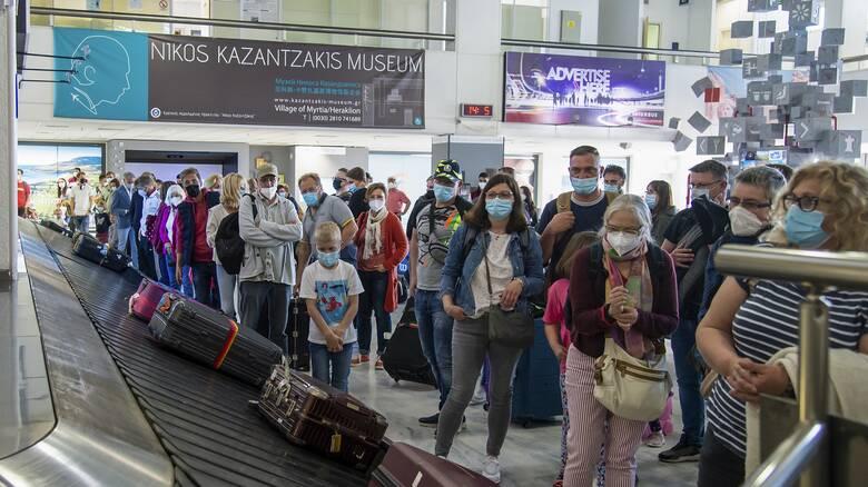 Απόβαση ταξιδιωτών στα ελληνικά νησιά - Εικόνες προ-Covid στα αεροδρόμια