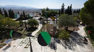 «Takis: Κόσμος σε Κίνηση»: Σαράντα έξι γλυπτά στο δημόσιο χώρο του ΚΠΙΣΝ