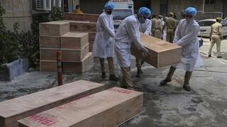 Κορωνοϊός - Ινδία: Ελαφρά μείωση στους νεκρούς αλλά οι μολύνσεις αυξάνονται