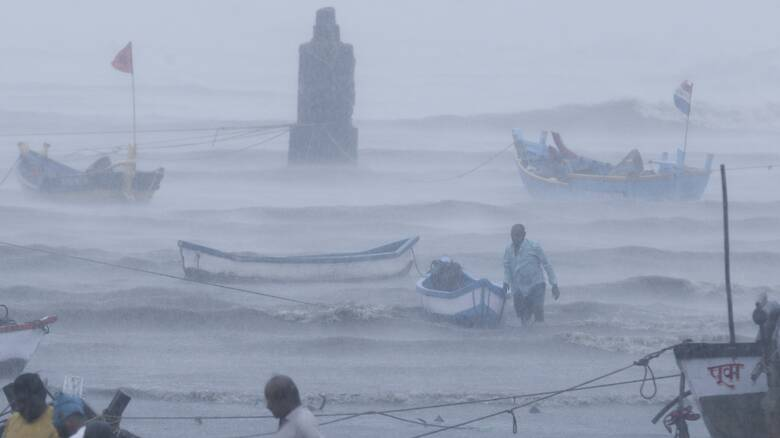 Νέος κυκλώνας απειλεί την διαλυμένη από την πανδημία Ινδία - Δεκάδες αγνοούμενους ψάχνει το ναυτικό