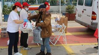 Ο Ελληνικός Ερυθρός Σταυρός κοντά στους άστεγους του Πειραιά