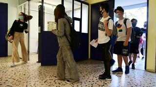 Κορωνοϊός – Νέες οδηγίες ΕΟΔΥ: Με τέσσερα κρούσματα δεν θα κλείνουν «αυτόματα» τα σχολεία
