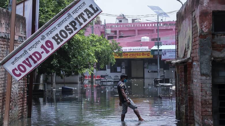 Κορωνοϊός: «Μαύρο» ορόσημο 300.000 θανάτων στην Ινδία - Ψάχνουν τη λύση σε «μαντζούνια» οι φτωχοί