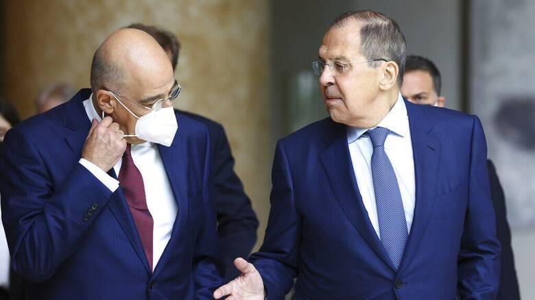 Δένδιας: Η Ελλάδα δέχεται εμβολιασμένους με Sputnik, όμως η τελική απόφαση είναι της ΕΕ
