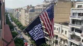 Μπάνερ με το «Black lives matter» στην αμερικανική πρεσβεία για την επέτειο δολοφονίας του Φλόιντ