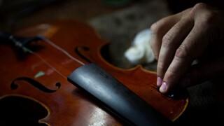 Γαλλία: Τσελίστρια παίζει μουσική σε ασθενείς που λαμβάνουν παρηγορητική θεραπεία